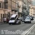 Pinerolo: un'auto sopra l'altra in via Saluzzo