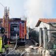 Incendio di sterpaglie in via Asiago a Pinerolo: Vigili del Fuoco all'opera per lo spegnimento