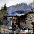 Incendio ad Oncino: le fiamme divorano il tetto di un'abitazione