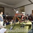 Torre Pellice, i bimbi donano al sindaco una bici riciclata