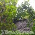 Auto in bilico su una frana tra Villar Perosa e Pinasca: illeso il conducente