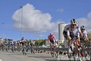 Giro d'Italia, inizia il circuito finale di Sestriere: primo al gpm Fiorelli