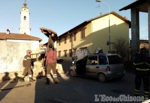 """Lombriasco: un muro """"abbattuto"""" dal vento piomba su un'auto in transito"""