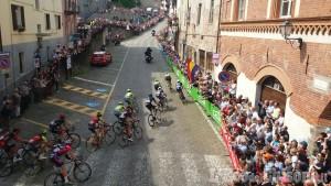 Giro d'Italia 2016: primo passaggio sotto il traguardo di Pinerolo alle 16