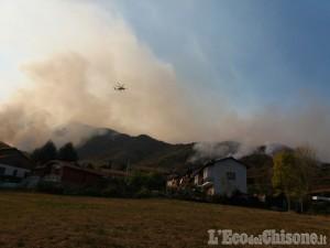 Incendio di Cumiana: sono arrivati gli elicotteri