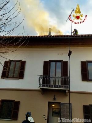 Sangano: fiamme sul tetto di un'abitazione in via Coletto