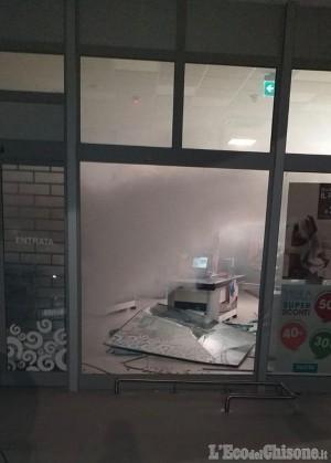 Osasco: sfondano la vetrina con un'auto rubata e rubano cosmetici