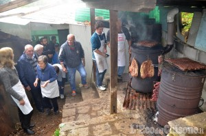 Preparativi per la Cena dell'Amicizia alla Fontana Ferruginosa di Miradolo a S. Secondo