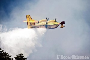 Incendio in Val Chisone: si allarga fronte del fuoco verso Bourcet, intervenuti Canadair