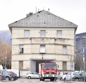Volano i vetri della ex caserma dei carabinieri