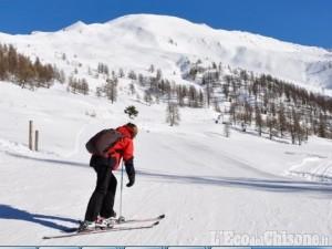 """Carnevale sulla neve, """"Clot mania"""" a Pragelato, maschere sugli sci stretti, fiaccole a Borgata"""