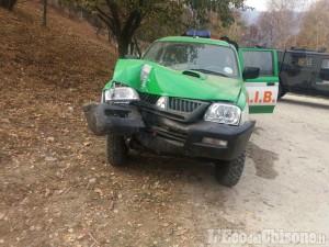 Emergenza incendi: il fuoco si è spostato al confine tra Cumiana e Giaveno, danni a un mezzo Aib