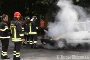 Auto in fiamme a Pinerolo