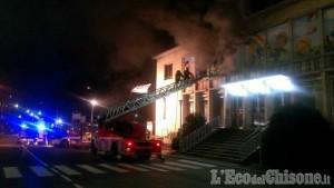 Incendio al negozio di giocattoli: proseguono le operazioni di spegnimento