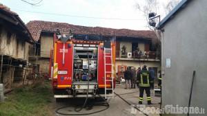 Buriasco: sottoposto a sfratto esecutivo, si barrica in casa e dà fuoco all'alloggio