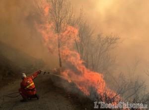 Incendio a Roure: sotto controllo il versante di Bourcet, ma il fuoco scollina verso Villaretto