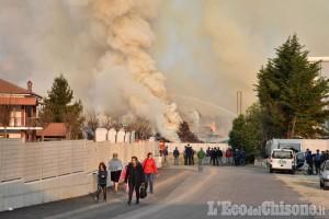 Incendio ex Annovati di Frossasco: «Per spegnerlo ci vorranno molti giorni ma la situazione è sotto controllo costante»