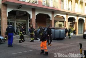 Giaveno: auto si ribalta in centro città, un ferito