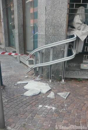 Nichelino: si staccano lastre di marmo da un palazzo del centro
