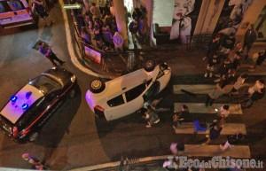 Orbassano: auto si ribalta in pieno centro mentre affronta la rotonda