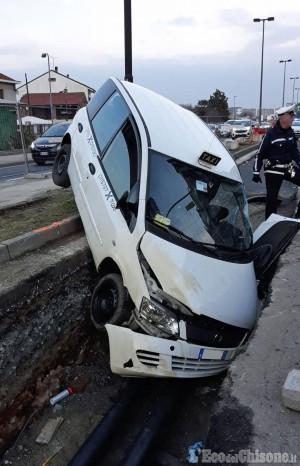 Beinasco: finisce con il taxi negli scavi del teleriscaldamento