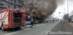 Beinasco: bus in fiamme a Borgo Melano, l'intervento dei Vigili del fuoco