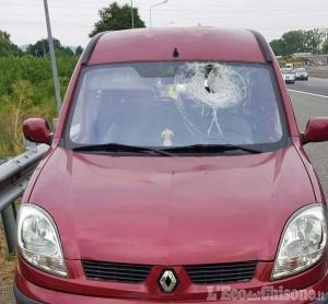 """Nichelino: auto """"trafitta"""" da un pezzo di metallo, conducente miracolosamente illeso"""