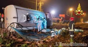 Camion cisterna con 18mila litri di gasolio si ribalta tra san Secondo e Osasco
