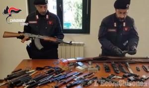 Giaveno: 50enne arrestato per maltrattamenti in famiglia, in casa aveva un vero arsenale