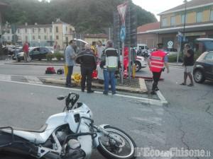 Revello: scontro tra auto e moto alla rotonda, biker in ospedale