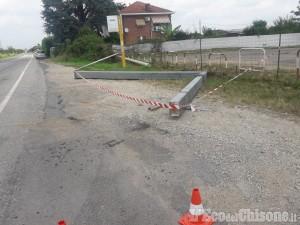 Orbassano: con il braccio meccanico abbatte cartellone stradale e sradica alcuni pali
