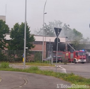 Nichelino: cumuli di carta in fiamme all'ex Liri di via Vernea
