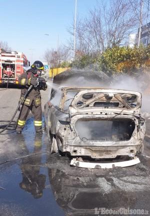 Orbassano: auto in fiamme sulla Circonvallazione esterna, l'intervento dei Vigili del fuoco