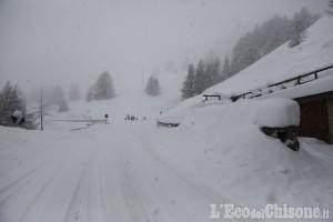 Slavina a Pragelato: scava tunnel nella neve e raggiunge la casa