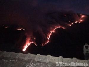 Incendio sempre più vicino a Bourcet, strada chiusa, domani due canadair