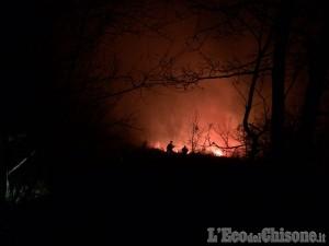 Aib al lavoro nella notte: Bourcet risparmiata dall'incendio. Il video dell'abitante