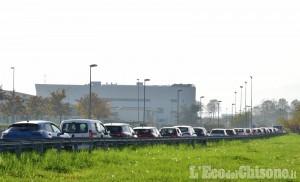 Pit Stop alla piscina di Pinerolo: lunghe code ma il traffico non ne risente