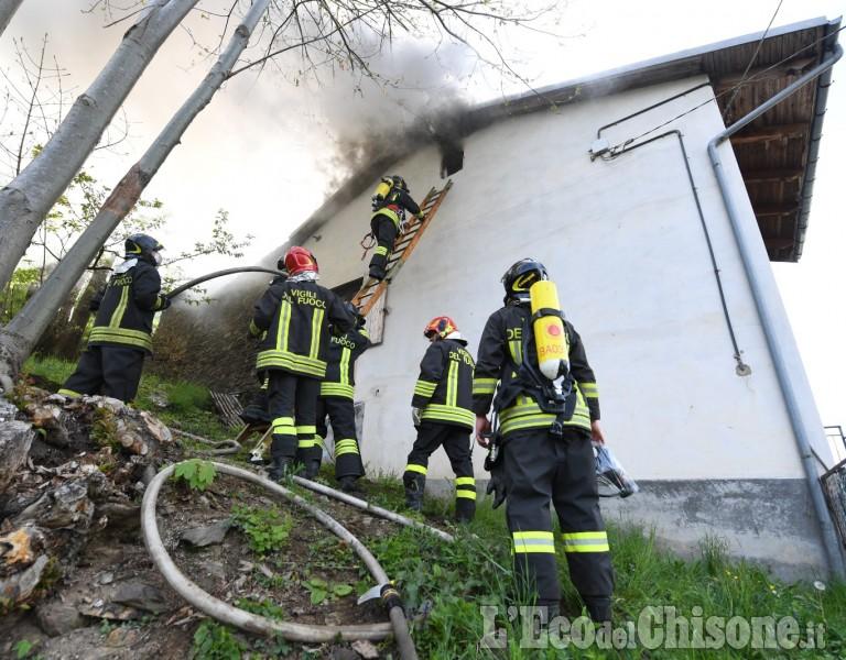 Angrogna: fiamme in una casa di borgata Roccia, Vigili del fuoco in azione
