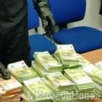 Denunciato a Bruino: in casa aveva 500mila euro di banconote false, targhe rubate e documenti fasulli