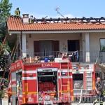 Envie: tetto in fiamme su una casa di via della Rocca, Vigili del fuoco in azione