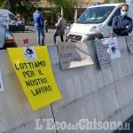 Al mercato di Orbassano la protesta degli operatori non alimentari: «Così non possiamo andare avanti»