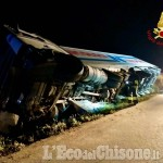 Vigone: camion nel fossato perde metano liquido, l'intervento dei Vigili del fuoco