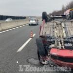 Auto contro guard-rail, poi si ribalta sulla Torino-Pinerolo: ferita 27enne