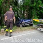 Revello: auto fuori strada cappotta nel bosco, ferita una donna