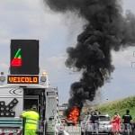 Auto in fiamme sull'autostrada tra Volvera e Gerbole