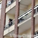 Un lungo applauso dai balconi per dire grazie a chi sta lavorando negli ospedali