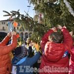 A Luserna acceso il grande albero: i bimbi pensano ai decori