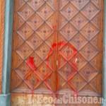 Pinerolo: vandali imbrattano con della vernice il portone del Duomo