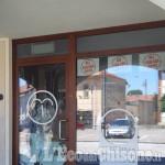 Pancalieri: spacca la vetrina del bar e aggredisce un cliente con una chiave inglese