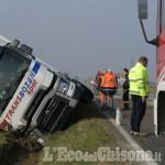 Autoarticolato fuori strada a Crocera di Barge, illeso il conducente del camion